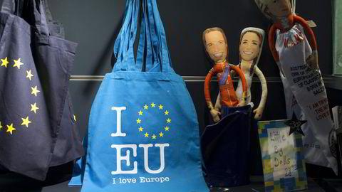Hvis ingen ting skjer, er jeg redd for at vi kan ha sett begynnelsen på slutten for det europeiske prosjektet. Poser med EU-stjerner og dukker som ligner britiske prins William og hertuginne Kate er utstilt i gavebutikken i Europaparlamentet i Brussel. Foto: Jasper Juinen/