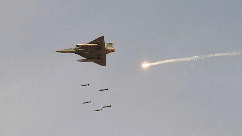 India bekrefter luftangrep mot en opprørsleir i den pakistanskkontrollerte delen av KashmirIn. Bildet fra tidligere i februar viser indiske Mirage-2000  jagerfly som slipper bomber under en demonstrasjon i Pokhran i delstaten Rajasthan.