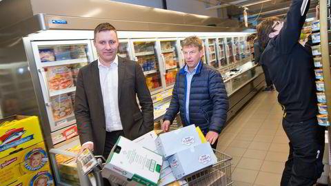 I løpet av noen uker skal mangeårig Ica-kjøpmann Asgeir Knutsen (i midten) skilte om butikken sin til Bunnpris. Her møter han sin nye kjedetopp, Bunnpris-eier Christian Lykke, for første gang. Foto: Ole Morten Melgård
