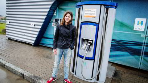 En pølse i lompe og fem kilo hydrogen. Solveig Schytz (V) i Akershus fylkeskommune tror bensinstasjoner etterhvert blir omdøpt til energistasjoner som selger, el, hydrogen, biodrivstoff og fossil bensin og diesel.                    Foto: Gunnar Blöndal