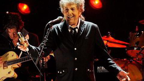«Fantastisk, helt utrolig», har Bob Dylan sagt om at han er tildelt Nobelprisen i litteratur. Her er han under en konsert i Los Angeles i oktober. Foto: Chris Pizzello/AP/NTB Scanpix
