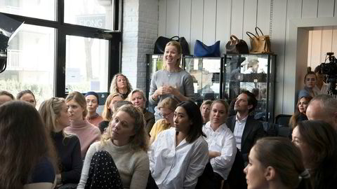 Investorkonferanser er ofte svært mannsdominerte, men på Fjongs seminar var de fleste kvinner. Her stiller Frida Sjoner, daglig leder i Simulation Finance, spørsmål til panelet.