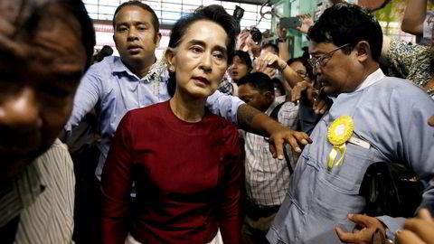 Ingen tror at militæret vil forsvinne fra politikken, men det bør ikke være Norges rolle å jobbe for at de skal bli. Her er Aung San Suu Kyi på vei for å stemme under valget i Myanmar. Foto: Jorge Silva, Reuters/NTB Scanpix