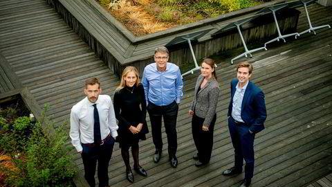 Bak den nyeste finansdirektørindeksen står Thomas Eitzen (fra venstre), sjefanalytiker i SEB, Hanna Marie Haavi, finansrådgiver i Deloitte, i Deloitte-sjef Sjur Gaaseide, Frida Bruun, kredittanalytiker i SEB, og Emil Sebastian Harberg, finansrådgiver i Deloitte.