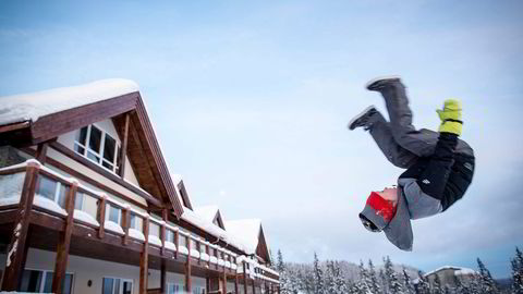 Petter Bjørkli (8), et av barna i «kollektivet», øver på salto utenfor skiboden. Foto: Gunnar Blöndal