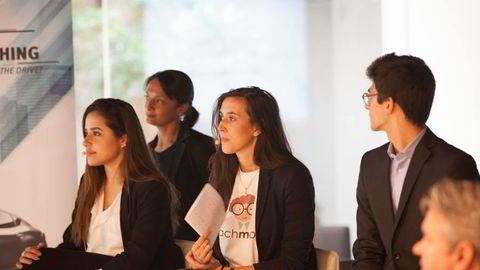 Thea Myhrvold (i midten)  håper selskapet vil bli blant verdens største innen digitalisert læring. Foto: Teach Me Now