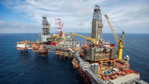Eksperter mener Norge bør vurdere å kutte oljeeksporten. Bildet viser Valhall-feltet i Nordsjøen.