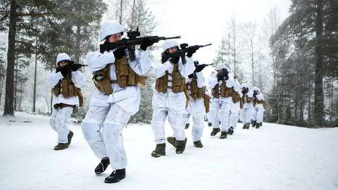 Vi vil delta med 200 soldater i Litauen i seks måneder nå i 2017, i samarbeid med Nederland og Tyskland. Her trener rekrutter fra KP6 på å holde seg under eksponeringslinjen.