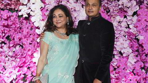 For 12 år siden var den indiske forretningsmannen Anil Ambani verdt 42 milliarder dollar og verdens sjette rikeste. Nesten alt har forsvunnet. Broren kom støttende til på tirsdag for å unngå at Anil havnet i fengsel for uoppgjorte krav fra Ericsson. Her med kone, og tidligere Bollywood skuespillerinne, Tina Ambani.