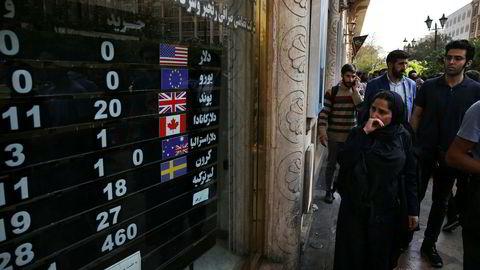 Iranere i hovedstaden Teheran følger med på valutakursene og tøffere tider med mer sanksjoner.