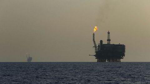 En oljeplattform på Bouri Oil-feltet utenfor Libyas kyst. Landets største oljefelt, Shahara, skal angivelig ha stoppet produksjonen igjen. Det løftet oljeprisene mandag.