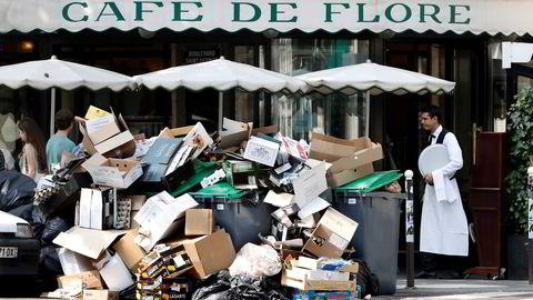 Søppel utenfor Cafe de Flore i Paris onsdag 8. juni. Foto: Charles Platau/REUTERS/NTB SCANPIX