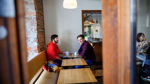 Kameratene Espen Rice (til venstre) og Knut-Erik Kjøge er på kafé på Grünerløkka i Oslo. Begge bruker Vipps, og vil gjerne prøve en teknologi som tar straksbetaling over landegrensene. Nå går startskuddet for å bygge teknologien, men norske banker er ikke med.