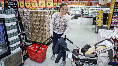 Engelke Randers (32) og datteren Sofie bor i tredje etasje over avdelingen på Sagene. De handler stadig flere av dagligvarene på nett, men en del «reservehandling» i lavprisbutikken blir det likevel. Foto: Aleksander Nordahl