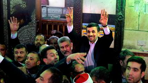 Ahmed Ahmadinejad, Irans tidligere president (i midten), kjempet for ideer som ville passe som hånd i hanske for grønn skattereform, skriver artikkelforfatteren. Foto: Amr Nabi, AP/NTB Scanpix