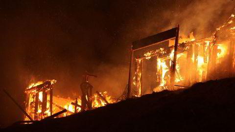 Fire leiligheter i et hyttefelt på Voss ble totalskadd i en brann natt til første nyttårsdag. 20 personer ble sendt til sykehus for sjekk som følge av brannen.