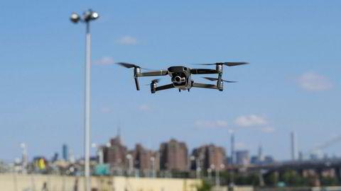 Salget av droner har skutt i været de siste årene. Nå er flere aktører på kollisjonskurs om bruksområdene.
