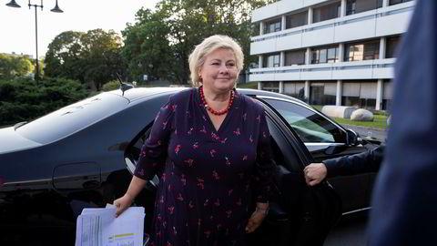 Statsminister Erna Solberg ved NRK-huset på Marienlyst før partilederutspørringen onsdag kveld. Hun har ark i hendene, men det var ikke løsningen på bompengekrisen i regjeringen.