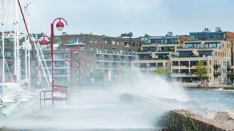 Bølgene og vinden tok tak langs kysten under stormen «Knud». Her fra sentrum i Kristiansand.