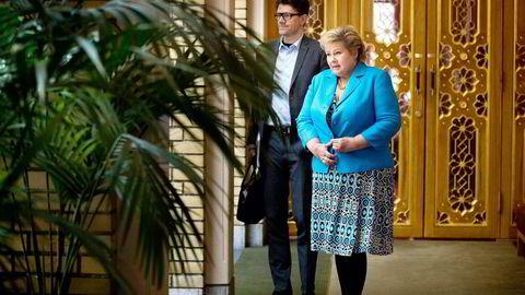 Rune Alstadsæter (t.v) har jobbet som rådgiver for statsminister Erna Solberg i to år. Nå blir han ny kommunikasjonssjef i Høyre.                   Foto: Fredrik Solstad