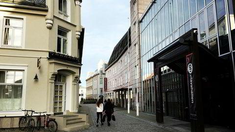 Vegg i vegg med Olavshallen i Trondheim ligger hotellet Clarion Collection Grand Olav, her i beige fasade. Det er sentralt plassert, men innvendig falmer hotellet sammenlignet med konkurrentene.