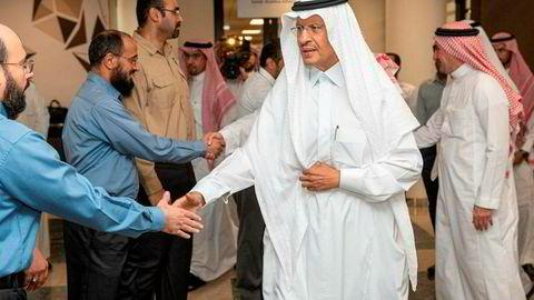Saudi-Arabias oljeminister, prins Abdulaziz bin Salman, hilser på ansatte ved Saudi-Aramcos oljeanlegg i Abqaiq dagen etter angrepet.