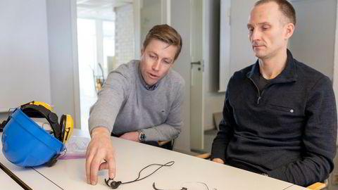 Direktør Jan Fossgård i Construct Venture (til venstre) og Stian Aldrin, medgründer og daglig leder i Minuendo viser noen av selskapets prototyper på øreplugger for bygg- og anleggsbransjen.