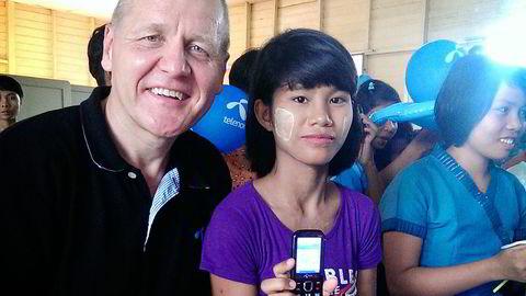 Jenter på et barnehjem i storbyen Yangon hadde aldri sett en mobiltelefon før Telenor-sjef Sigve Brekke troppet opp med gaver i dag, i forbindelse med lanseringen av mobiltelefondekning i millionbyen på søndag. – Det er rørende at vi som norsk selskap kan påvirke folks liv. Disse jentene er ikke forskjellig fra annen ungdom, sier Brekke.                   Foto: Telenor