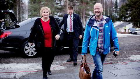 Statsminister Erna Solberg og statssekretær Sigbjørn Aanes ankommer første dag av regjeringens budsjettkonferanse på Hurdalssjøen.