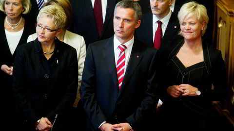 De tidligere statsrådene Liv Signe Navarsete (Sp) og Kristin Halvorsen (SV) er kritiske til beslutningsprosessen rundt Norges deltakelse i Libya-krigen. Her sammen med daværende statsminister Jens Stoltenberg (Ap) i 2010.