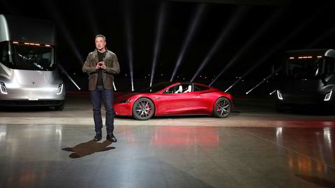 Tesla-sjef Elon Musk avduker her Tesla Semi og Tesla Roadster.
