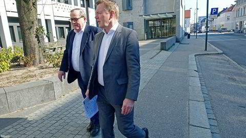Tore Hansen-Tangen (til venstre) sammen med daglig leder Tor Hodne i Viking Think Tank as/Viking Heat Engines as på vei ut av tinghuset i Kristiansand for tre uker siden.