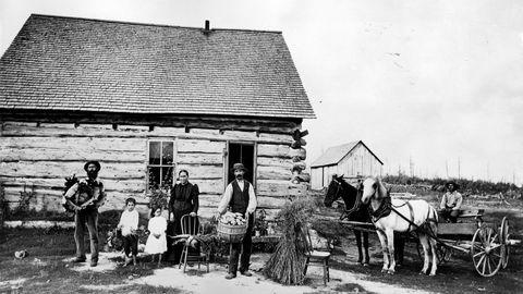 «Det er på tide at vi tar konsekvensen av folks valg ved å slutte å bruke fødested som merkelapp», skriver Victor D. Norman. Bildet viser nybyggere i Minnesota i USA i 1895. Foto: NTB Scanpix