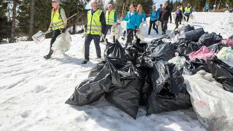 Muligheter for videreutvikling og kompetanseutvikling er også viktig i ledelsen av frivillige. Her rydder frivillige etter vinterens forsøpling.