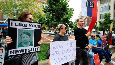 Demonstranter samlet seg tirsdag utenfor rettsbygningen i Alexandria i Virginia idet rettssaken mot Paul Manafort skulle starte.