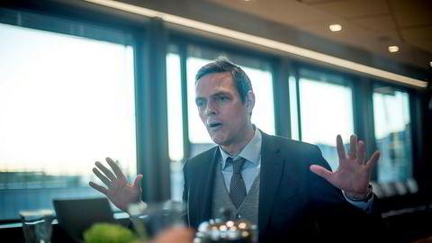 Råvareanalytiker Bjarne Schieldrop tror oljeprisen skal videre opp, og frykter at kuttsamarbeid står for fall.