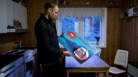I farfarens gamle hus finner Sondre Eide gammel emballasje fra bedriftens barndom, pappesker med bilde av faren og moren på.