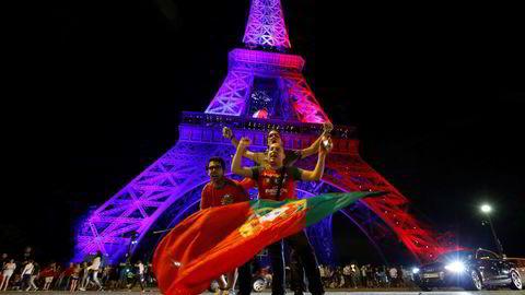 Portugisiske fans feirer EM-seieren i Paris i natt. Foto: Stephane Mahe/Reuters/NTB scanpix