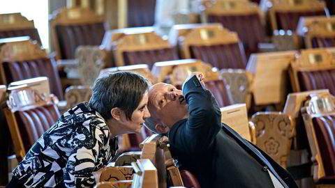 Kjersti Toppe er en av de flittigste brukerne av Stortingets talerstol. Her i passiar med Sp-leder Trygve Slagsvold Vedum under en spontanspørretime.