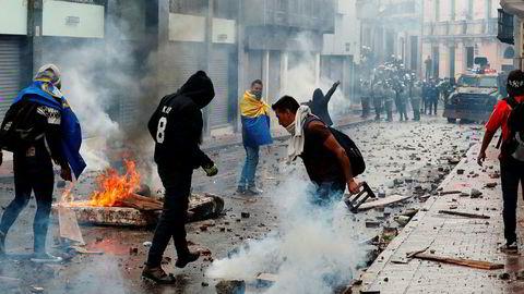 Det brøt ut voldelige opptøyer i Ecuadors hovedstad etter at landets president Lenin Moreno torsdag erklærte nasjonal krisetilstand. Foto: Dolores Ochoa / AP / NTB scanpix