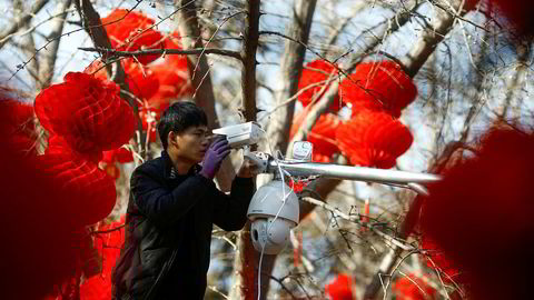 Åtte av verdens mest overvåkede byer er i Kina. I Chongqing er det 168 videokameraer for hver 1000 innbygger. Til sammenligning er det fem kameraer for hver 1000 innbyggere i Bangkok. Hikvision har en børsverdi på nesten 400 milliarder kroner.