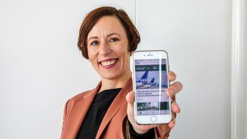 Redaktør for publisering og visuell journalistikk, Ingeborg Volan, viser frem den nye mobilappen som lanseres i disse dager.