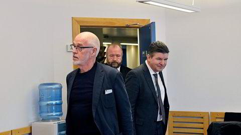 Tidligere styreleder i oljeselskapet North Energy, Johan Petter Barlindhaug (til venstre) i rettssaken mellom tidligere direktør Erik Karlstrøm (til høyre) og oljeselskapet. I bakgrunnen advokat Hermann Skard.                    Foto: Rune Ytreberg