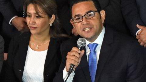 Jimmy Morales snakker til pressen etter at han vant suverent i andre valgomgang i presidentvalget i Guatemala. Til venstre sitter hans kone Hilda Marroquin. Foto: Rodrigo Arangua/AFP Photo/NTB scanpix