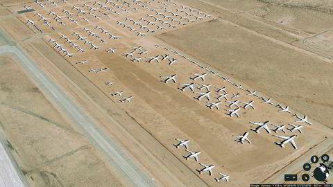 Ute i Mojaveørkenen sør i California finnes det en stor lagringstomt, også kalt flykirkegård, for fly som ikke skal opp i luften med det første. Bildet er tatt fra Google Earth og viser Southern California Logistics Airport Victorville Airport. Hvilke flyselskap disse flyene tilhører er ikke kjent.