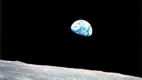 Apollo 8-astronaut Bill Anders' foto «Earthrise» fanger jorden som går opp over månehorisonten idet det første bemannede romskip går rundt månen.