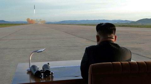 Nord-Koreas leder Kim Jong-Un ser på oppskytingen av en rakett i september 2017. Sammen med utviklingen av atombomber kan rakettprogrammet gjøre landet til en trussel for land i en stor radius.