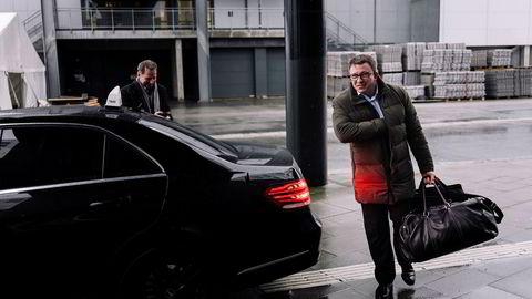 Aker BP-sjef Karl Johnny Hersvik (til høyre), byttet drosje med oljeanalytiker Jarand Rystad foran Clarion Hotel Energy i Stavanger mandag, der sistnevnte for øvrig kom med adskillig ros av Aker BP.