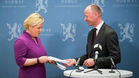 På en pressekonferanse i Finansdepartementet mandag fikk finansminister Siv Jensen overlevert rapporten fra statistikklovutvalget fra utvalgsleder Nils-Henrik M. Von der Fehr.