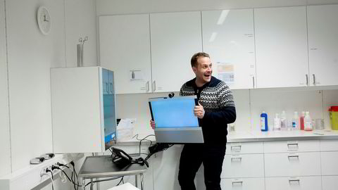 Gründer Jesper Melin Ganc-Petersen har skutt gullfuglen med sin betalingsautomat for landets legekontorer. Her harselerer han med en videokonferanseskjerm som han mener er en dårlig løsning for telemedisin.